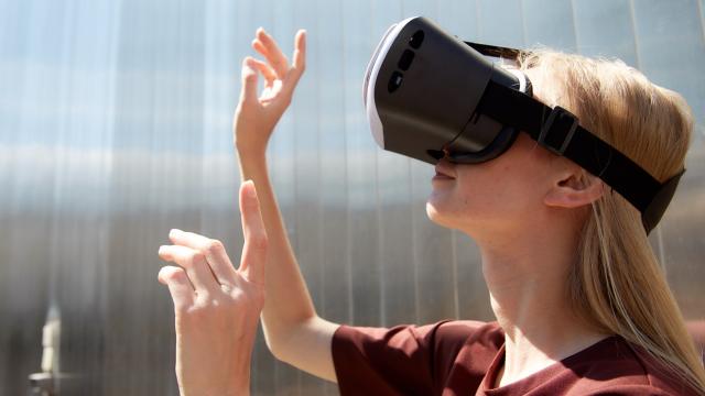 VR体験する女性